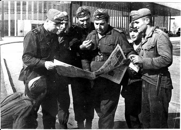 """Български офицери и войници разглеждат новия брой на вестник """"Народна армия"""". Прага, септември 1968. Снимка: Полк. Първанов, архив на Министерство на отбраната"""